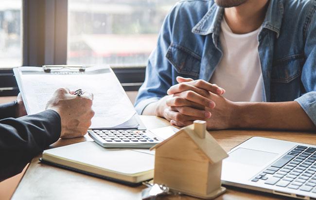 Ein AK-I-Berater im Gespräch mit einem Interessenten Immobilien-Beratung